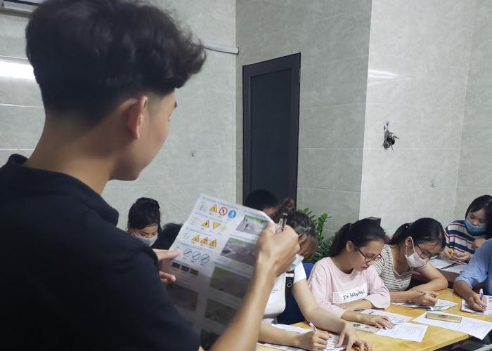 Tham gia ôn tập lý thuyết và thực hành thi bằng lái xe máy ở Thanh Trì